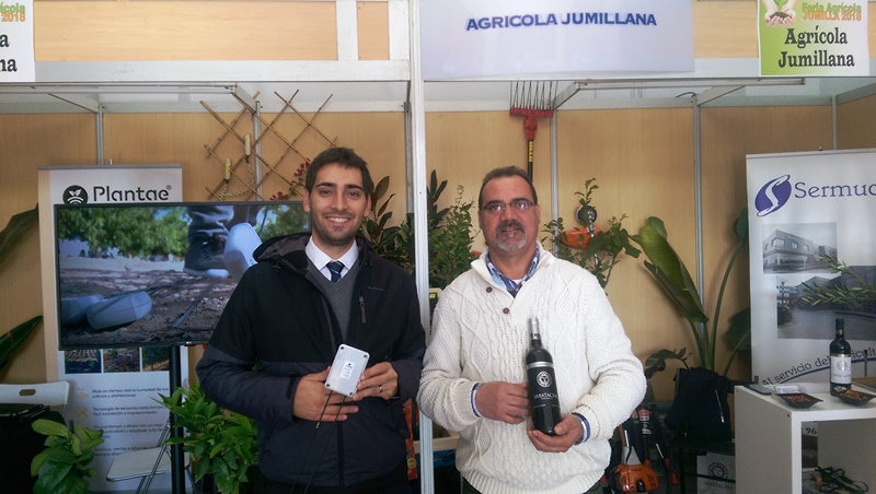 """Samuel López (Plantae) con Pedro Villa, técnico de Agrícola Jumillana."""