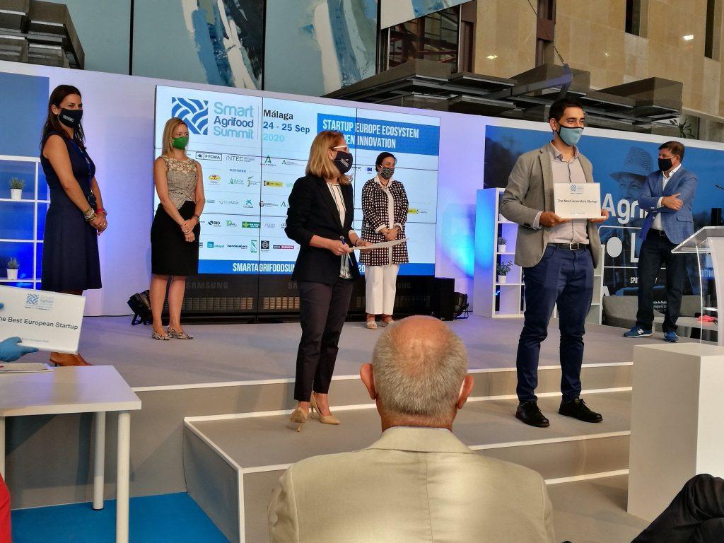 Nuestro CEO Samuel López recogiendo el premio The Most Innovative Startup a Plantae.